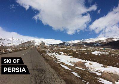 Route menant à la station de ski d'Alvares en Iran près d'Ardabil