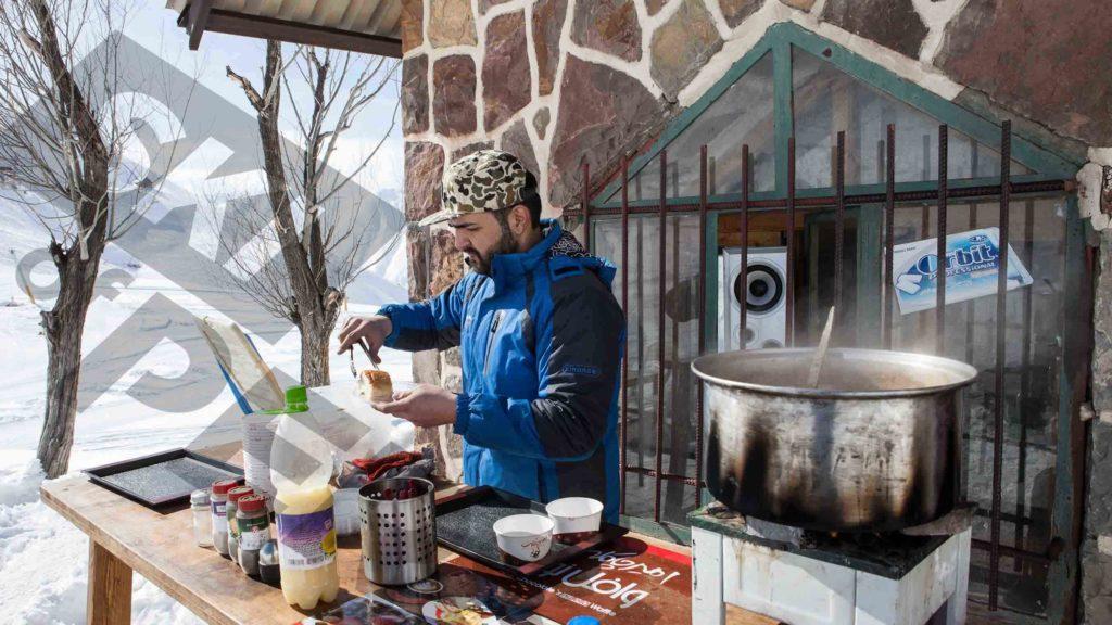 Restaurant d'altitude dans la station de ski de Shemshak en Iran